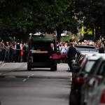 una folla di curiosi osserva il ritrovamento del corpo di Amy Winehouse