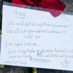 i primi messaggi dei fan lungo la cancellata dell'abitazione londinese di Amy Winehouse