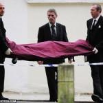 il corpo di amy winehouse prelevato dalla sua casa di Londra